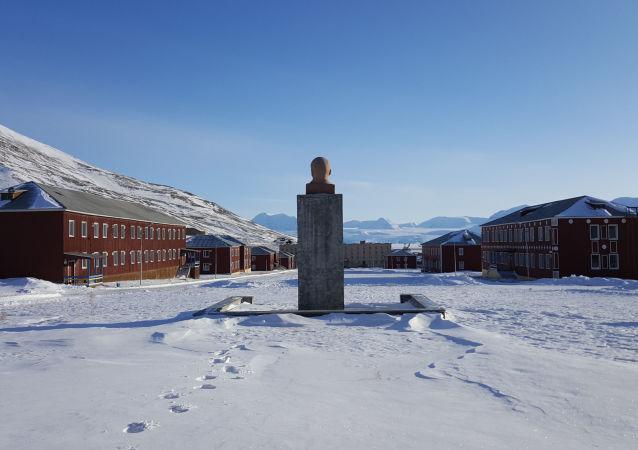 斯匹次卑爾根群島無邊無際的雪景和蘇聯時代印記