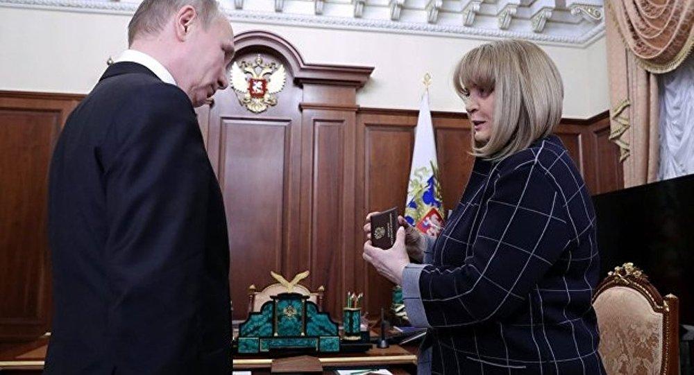 俄中选委主席向当选总统普京颁发总统证