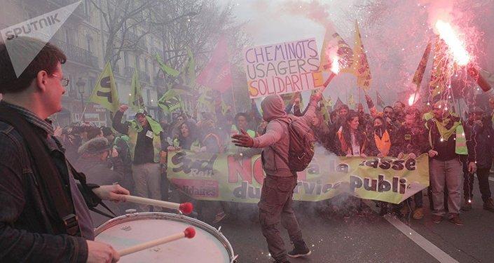 巴黎铁路工人抗议改革