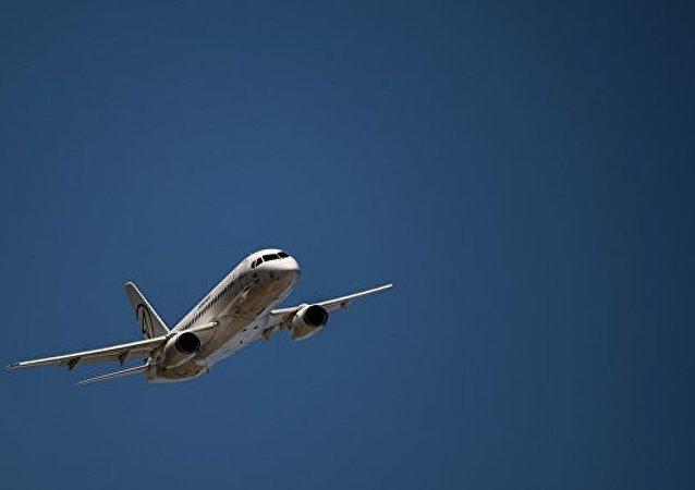"""中国一名乘客试图""""检查飞机"""""""