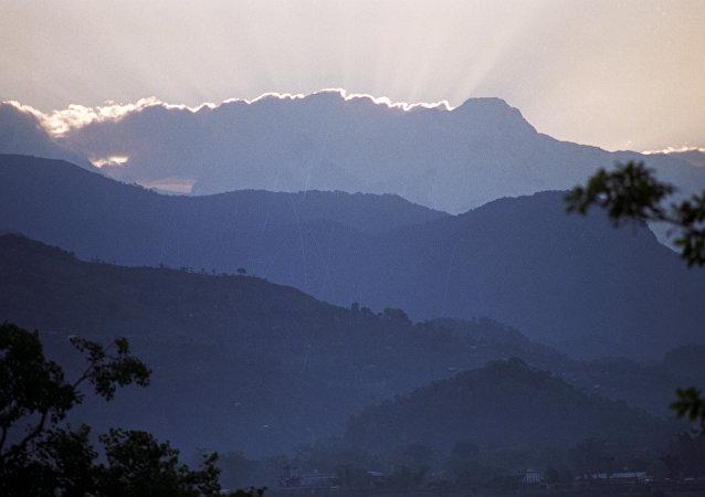印度空军的一架米-17直升机在喜马拉雅山坠毁的视频被拍下来