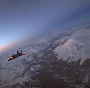 国防部展示了米格-31战机在勘察加夜空中进行空中加油的独特镜头