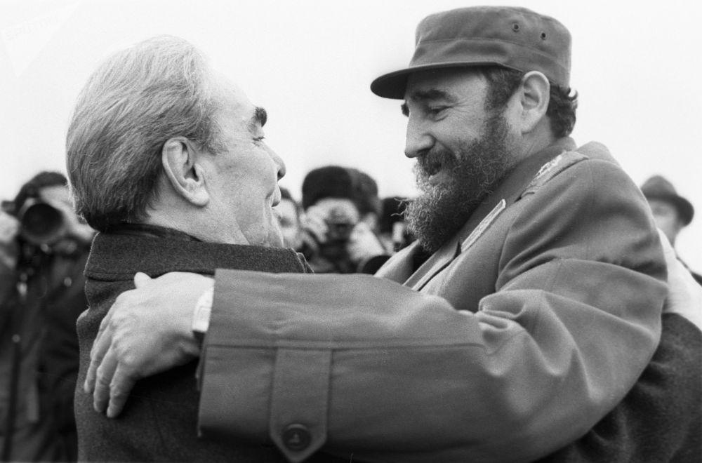 勃列日涅夫和卡斯特羅在機場,1977年