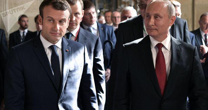 马克龙表示他和普京平起平坐
