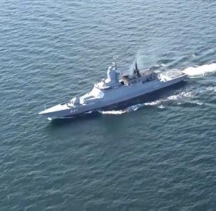 三艘小型護衛艦和一艘大型護衛艦駛入波羅的海