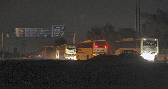 85輛運送武裝分子大巴離開敘杜馬鎮前往賈拉布魯斯