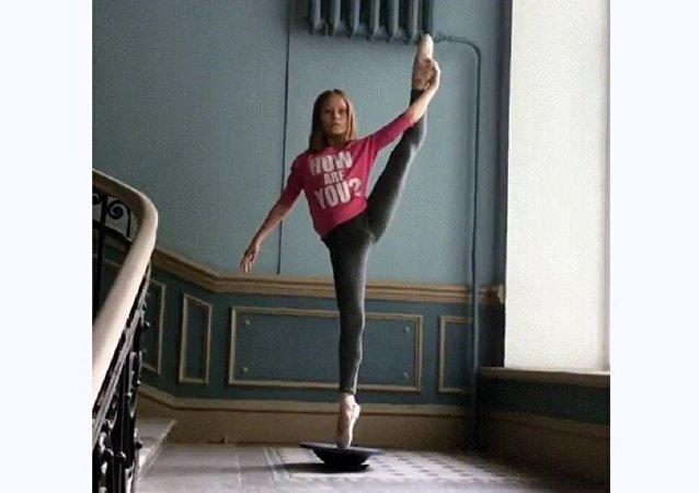 一名俄罗斯女孩凭借不可思议的天分在网上出名