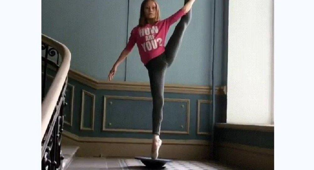 一名俄羅斯女孩憑借不可思議的天分在網上出名