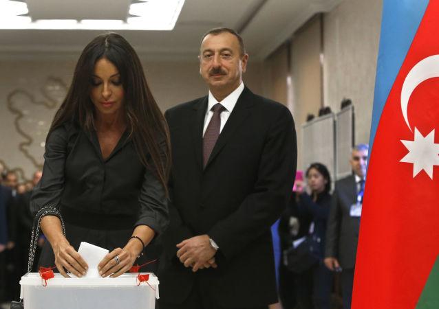 Президент Азербайджана Ильхам Алиев с женой Мехрибан на избирательном участке в Баку