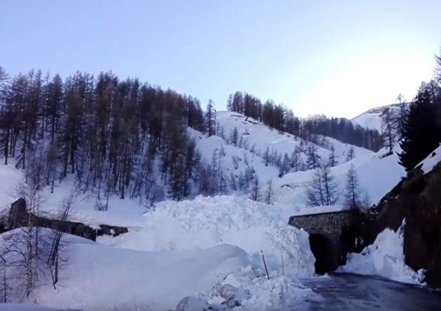 法國雪崩 道路數秒被埋(視頻)