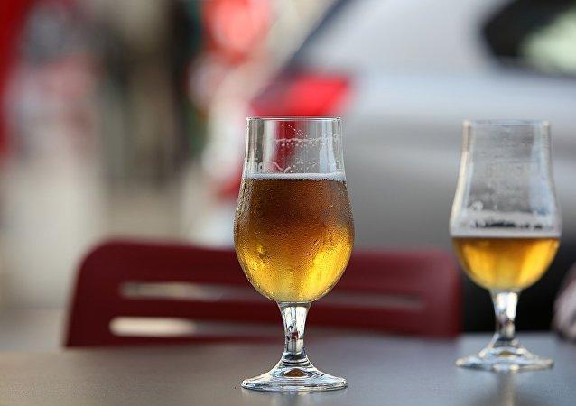 研究人员介绍喝啤酒最好用的酒杯