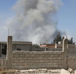 Дым от авиаобстрела сирийского города Дума
