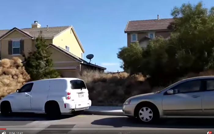 美国加州城市受风滚草袭击