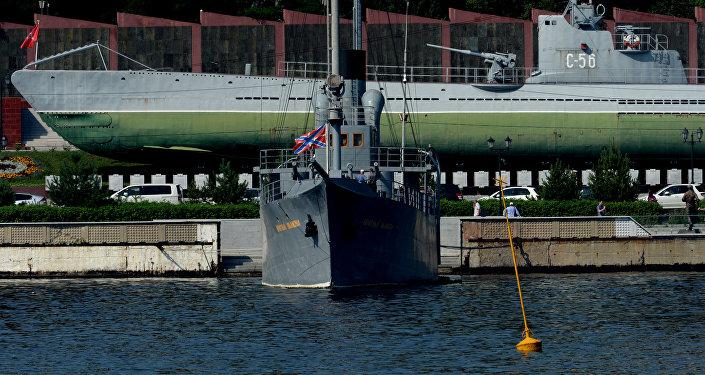 """符拉迪沃斯托克市的""""红色信号旗""""舰和""""C-56""""号潜艇"""