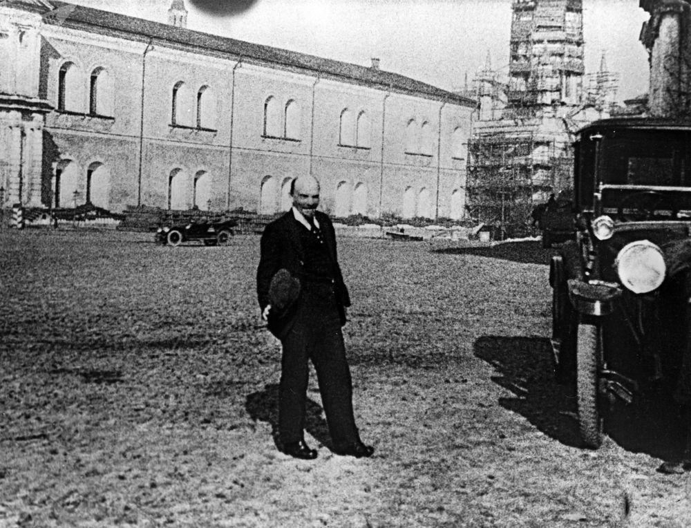 列宁在克里姆林宫散步,1918年