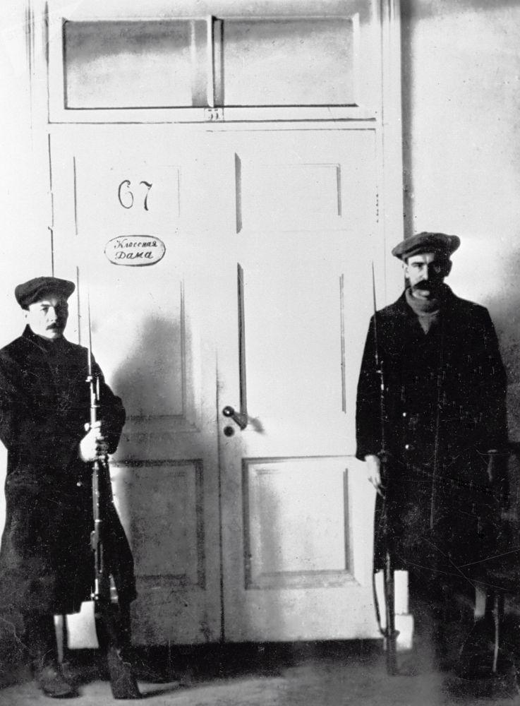 斯莫爾尼宮列寧辦公室外的哨兵