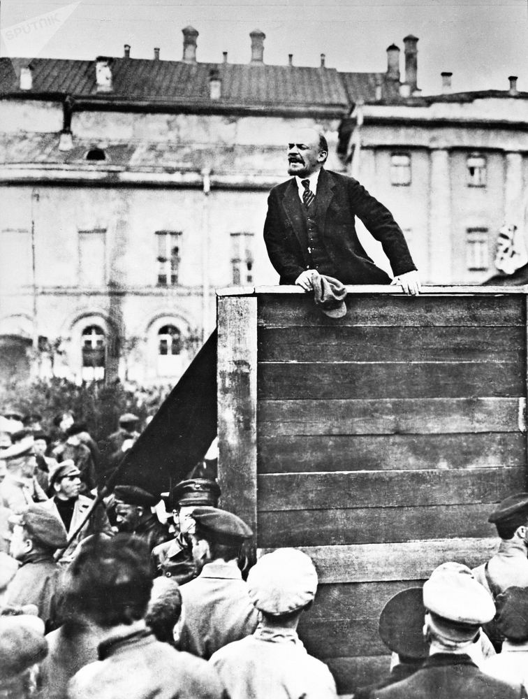 列宁在莫斯科阅兵式上发表讲话。