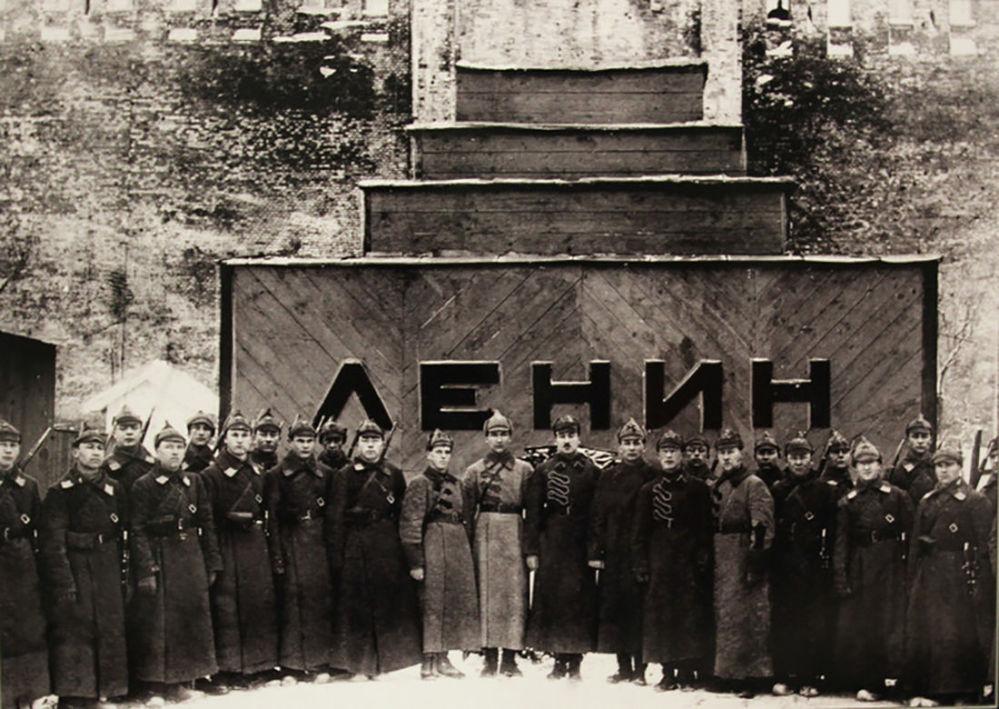 守在列宁临时陵墓旁的卫兵