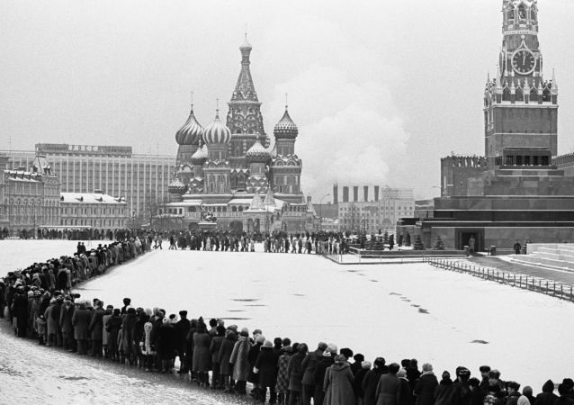 德国杰出球员为瞻仰列宁墓冰天雪地排队三小时