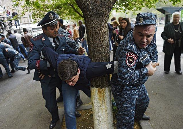 亚美尼亚警方20日在首都拘留的抗议者人数上升至166人