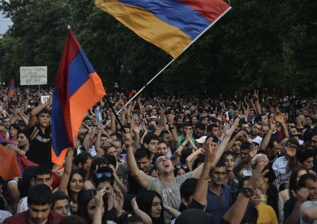 埃里温市中心反对派集会聚集数万人