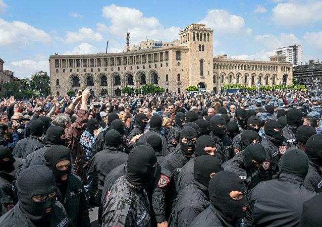 亚美尼亚首都市中心集会民众欢迎总理萨尔基相辞职
