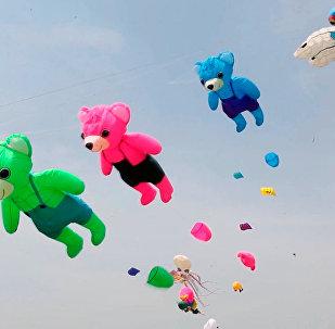 潍坊上空1000多只风筝迎风飞舞