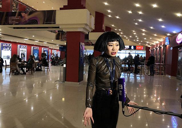 """俄罗斯版《好声音》音乐选秀电视节目参赛者、莫斯科""""果戈里中心""""剧院女演员、29岁的中国姑娘杨歌在莫斯科国际电影节上作为导演推出电影处女作。"""