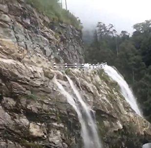 危險的瀑布沒有嚇到勇敢的司機