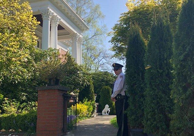 美国西雅图当地官员进入俄驻西雅图领事馆官邸内