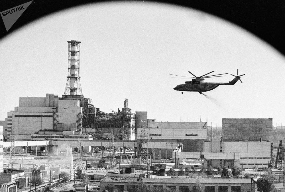 发生事故后,直升机在进行消除切尔诺贝利核电站区域内房屋的放射性污染工作