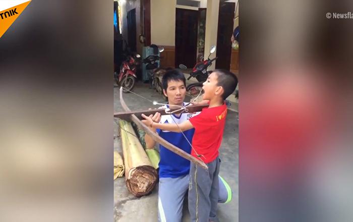 越南一父亲用弓箭给儿子拔牙