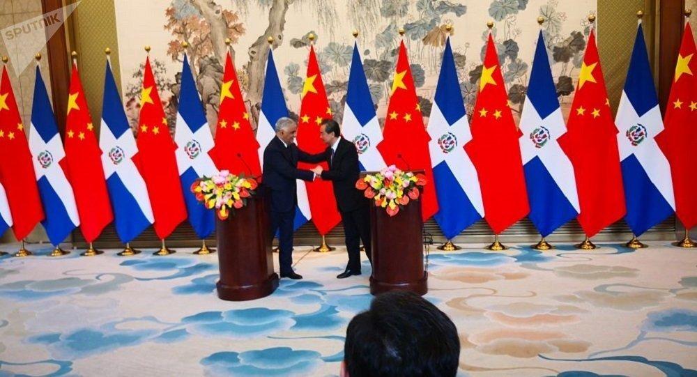 多米尼加共和国与中国建立外交关系