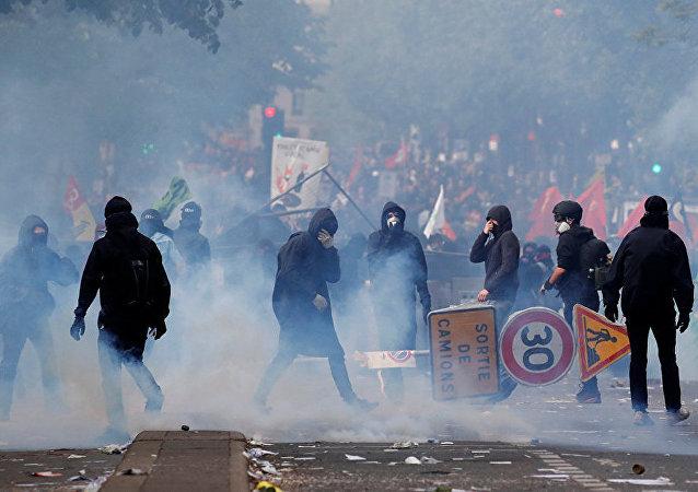 巴黎五一示威游行骚乱,导致102人被捕