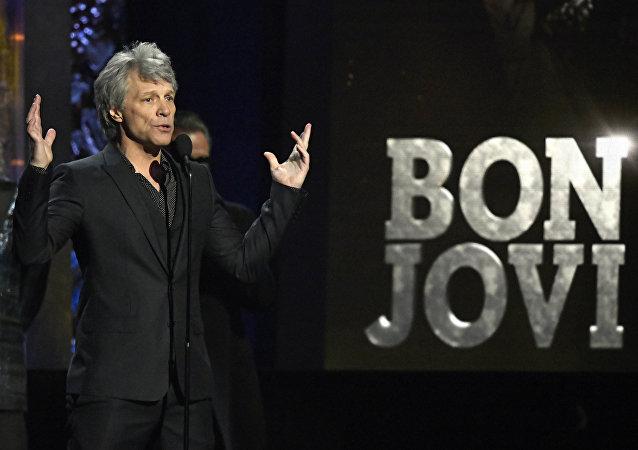 美国摇滚歌手邦·乔维发布与哈里王子共同录制的新歌曲