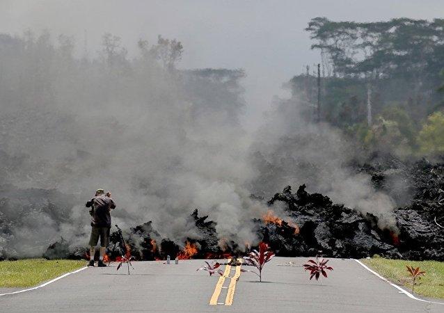 媒體:夏威夷火山熔岩流摧毀至少30棟房屋
