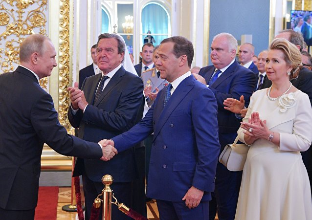 普京提名梅德韦杰夫出任俄罗斯新政府总理
