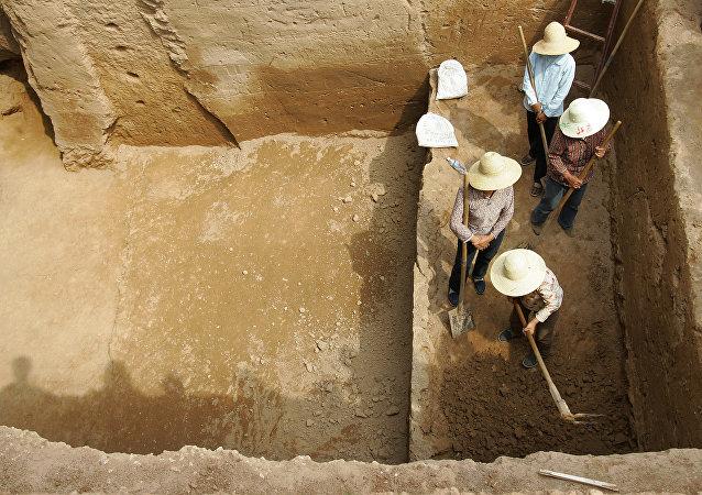 中国考古学家在古墓中发现一个装有鸡蛋的千年陶罐