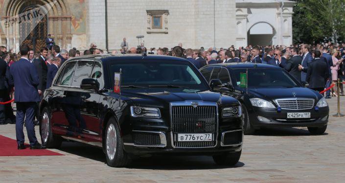 俄罗斯联邦总统Aurus座驾停在莫斯科克里姆林宫教堂广场上