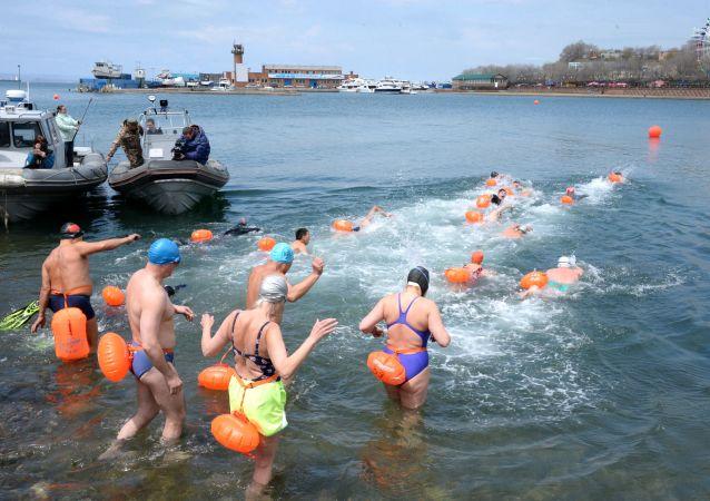 50多名俄中運動員參加在符拉迪沃斯托克舉行的國際游泳比賽