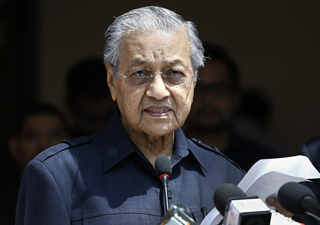 马来西亚总理允许官员接受的礼物只有鲜花水果和食品