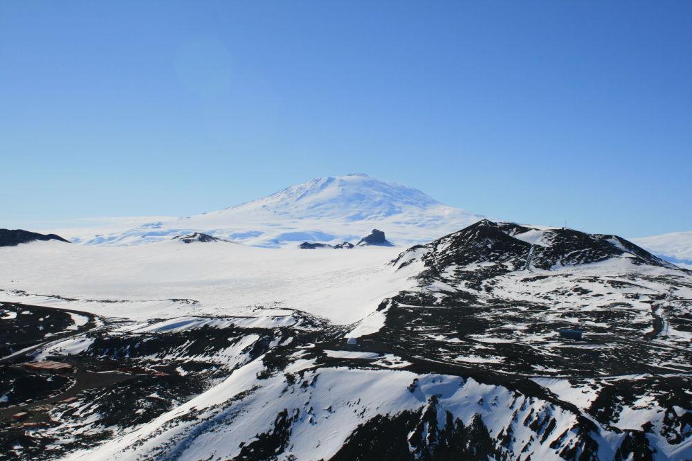 南極洲整個表面是學者們固定中微子的天然探測器,它可以無間斷運行。 圖片:埃里伯斯火山景色。