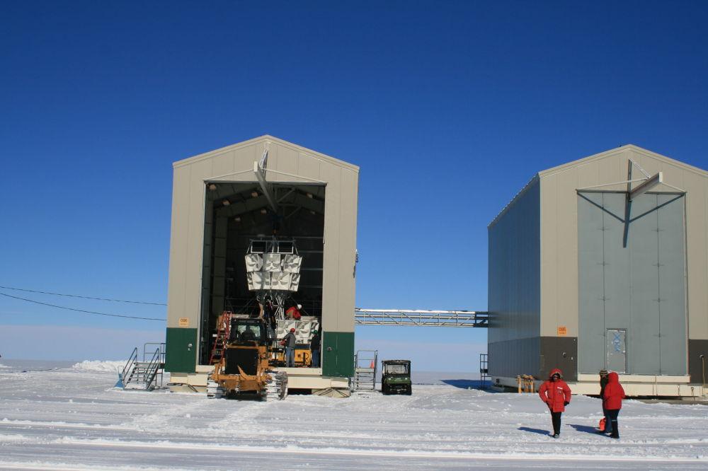 物理學家借助ANITA高頻天線研究自然現象和宇宙現象。 圖片:機庫中的ANITA天線部件。