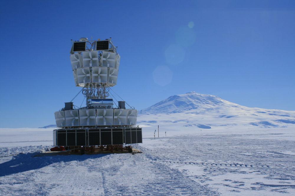 ANITA天線是無線電接收機的巨大電池。它高7米,質量大約為1噸。浮空器把天線升到37公里的高度,高能中微子就是在這裡記錄到的。 圖片:ANITA天線部件。