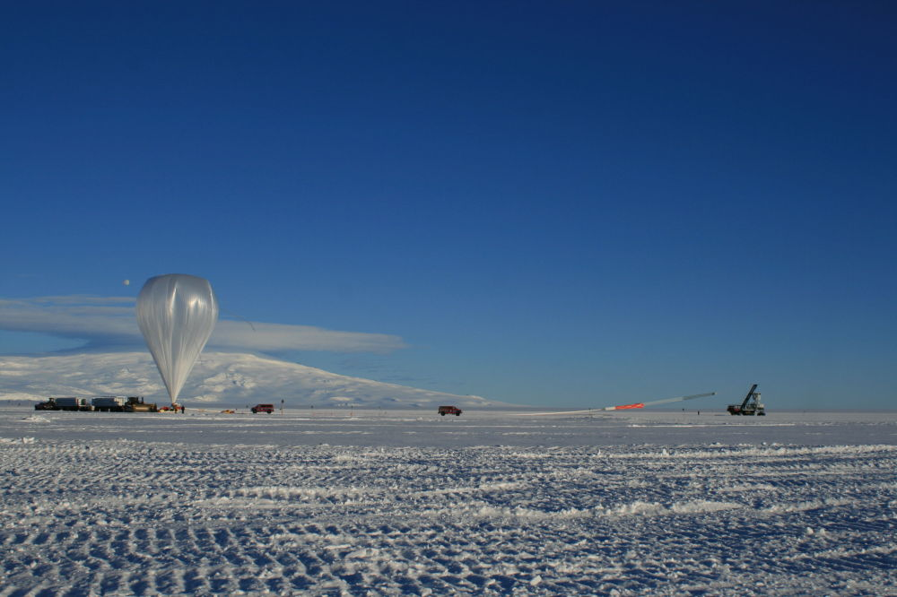 現代浮空器與衛星的區別是它們可用來多次啓動,這將極大縮減進行觀測的費用。 圖片:借助浮空器啓動ANITA。