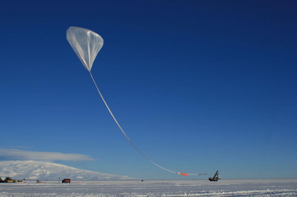 浮空器有助於看到幾乎整個南極洲,記錄距自己幾百公里開外地方所發生的事情。 圖片: ANITA-4啓動(南極洲的夏夜)