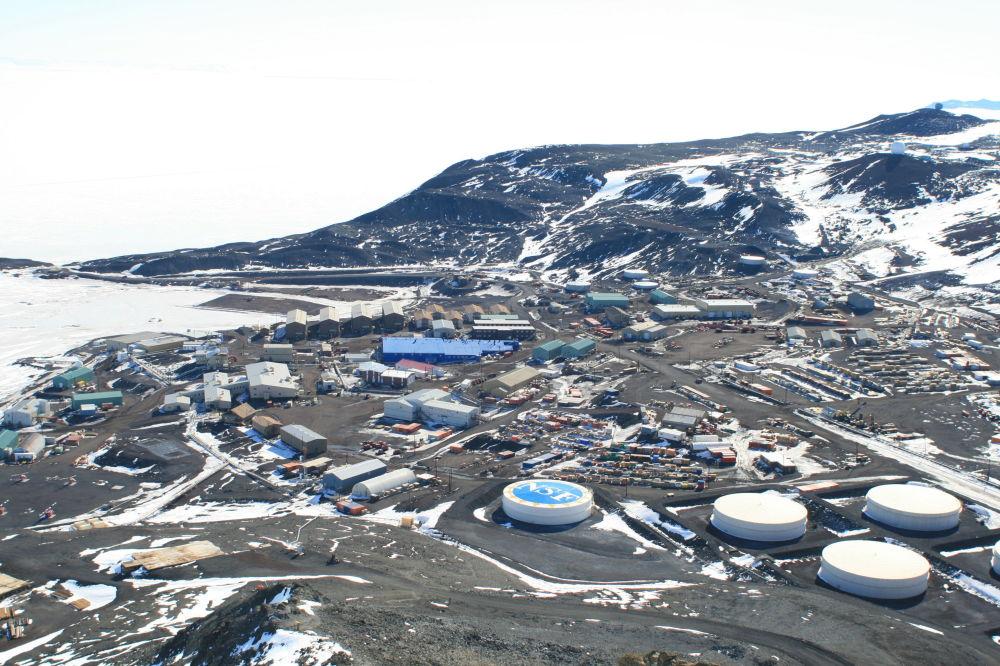 學者們在工作結束後回到麥克默多科考站。這是南極洲最大的居民點和研究中心。 圖片:從觀測山(Observation Hill)上俯瞰麥克默多科考站的整體情況。