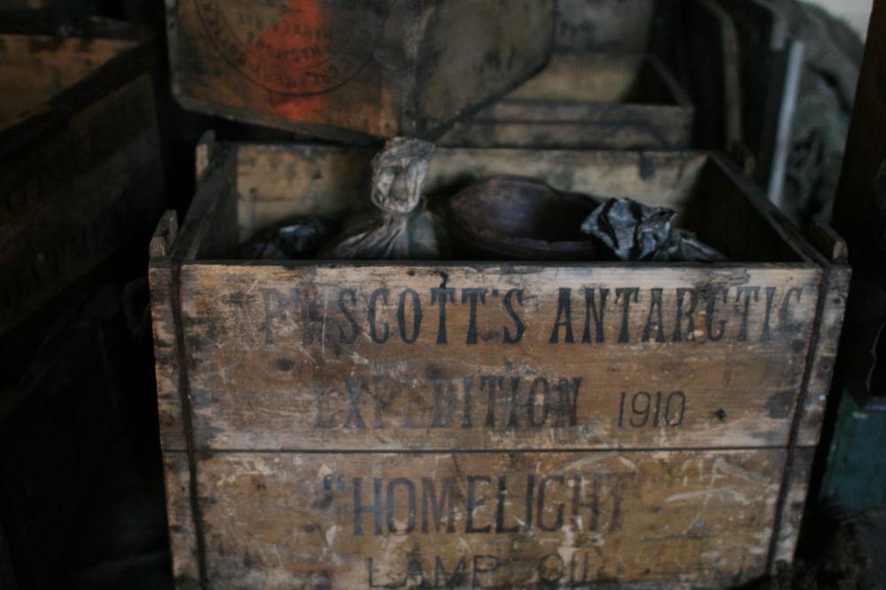 南極洲研究具有百年歷史。麥克默多科考站附近迄今仍矗立著羅伯特·法爾肯·斯科特(Robert Falcon Scott)的簡陋茅屋(1902年)。斯科特是地球最南端最冷大洲南極洲的最早極地探險者之一。  圖片:斯科特簡陋茅屋中盛有燈油儲備的箱子