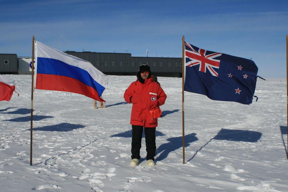 來自12個國家的學者、研究者和地質學家們仍像過去一樣是唯一來到南極洲的人。他們來到這裡是為了研究南極洲大陸,瞭解宇宙奧秘。