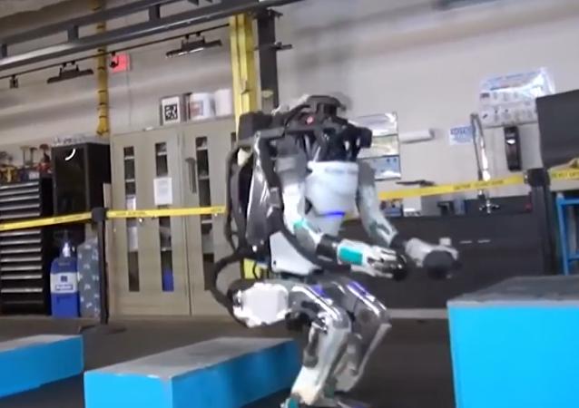 人形机器人Atlas又来了!草地奔跑体态灵活